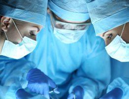 acl-leczenie i rehabilitacja, lekarze sala operacyjna, operacja