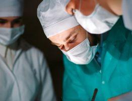 uszkodzenie ścięgna achillesa, operacja, zabieg, lekarz, sala operacyjna