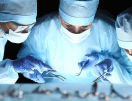 uszkodzenie więzadła krzyżowego przedniego leczenie i rehabilitacja, operacja, lekarze, zabieg